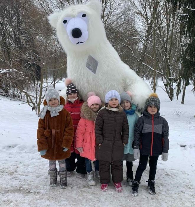 Прогулянки щасливих дітей у Світлинці з ведмедиком Боб.