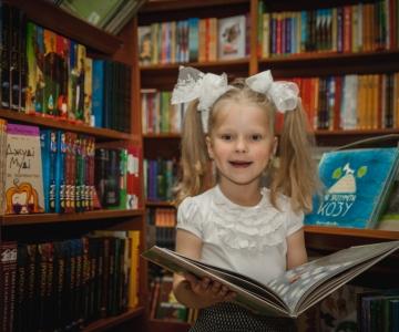 учениці модельної школи у книгарні